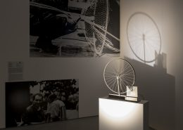 로버트 라우센버그, 트레이서(Tracer), 1962년, 자전거 바퀴와 금속판, 전기 모터, 목재에 플렉시글라스, 69.90×57.20×15.20㎝, 페이스 갤러리 서울 소장