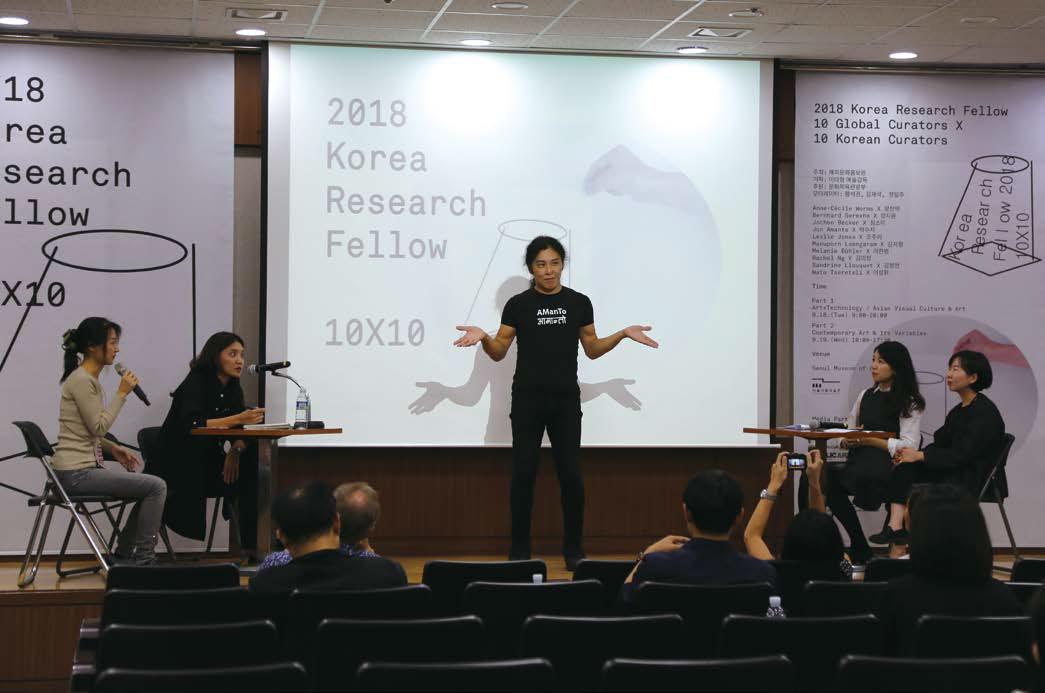 살롱 드 아만토 디렉터 준 아만토와 박수지 큐레이터의 질의응답 광경
