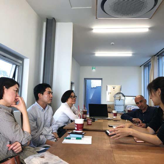국립현대미술관을 찾아 〈MMCA현대차시리즈〉에 출품한 최정화 전시를 관람한 참가자들