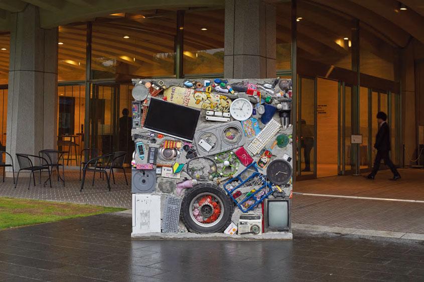 〈Garbage Wall〉 Local refuse, cement and etc. 180.0×180.0×46.0cm, 1970/2018. 1970년 고든 마타 클락이 제작한 이래, 각각의 땅에서 수집된 쓰레기를 사용해 재제작되는 작품의 도쿄 버전 Photo by Ichiro Mishima