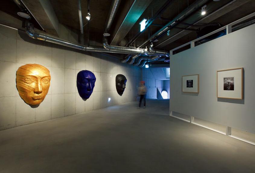 안창홍 〈가면〉(사진 왼쪽) 합성수지에 아크릴 채색 170×112×46cm(각) 2018