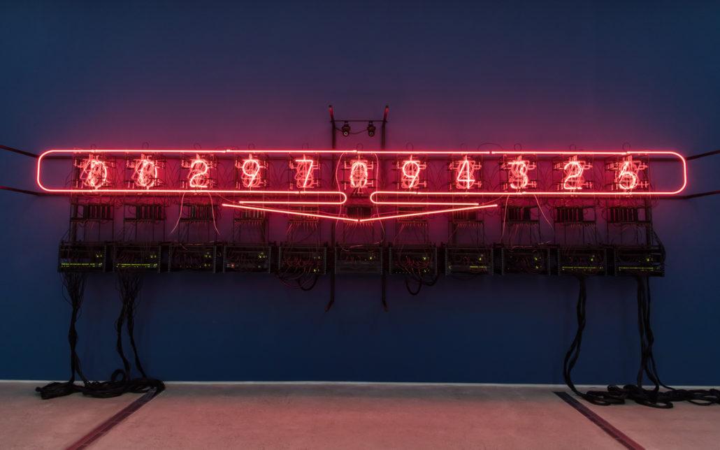 레이첼 아라, , 2019, 네온 127개, 재활용된 서버룸 장비, 전자 장치, 컴퓨터, IP 카메라, 프로그래밍, 756×204×105cm | 사진제공 : 국립현대미술관