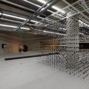 박선기 〈An aggregation〉(사진 오른쪽) 숯, 나일론실 등 400×400×3000cm 2018