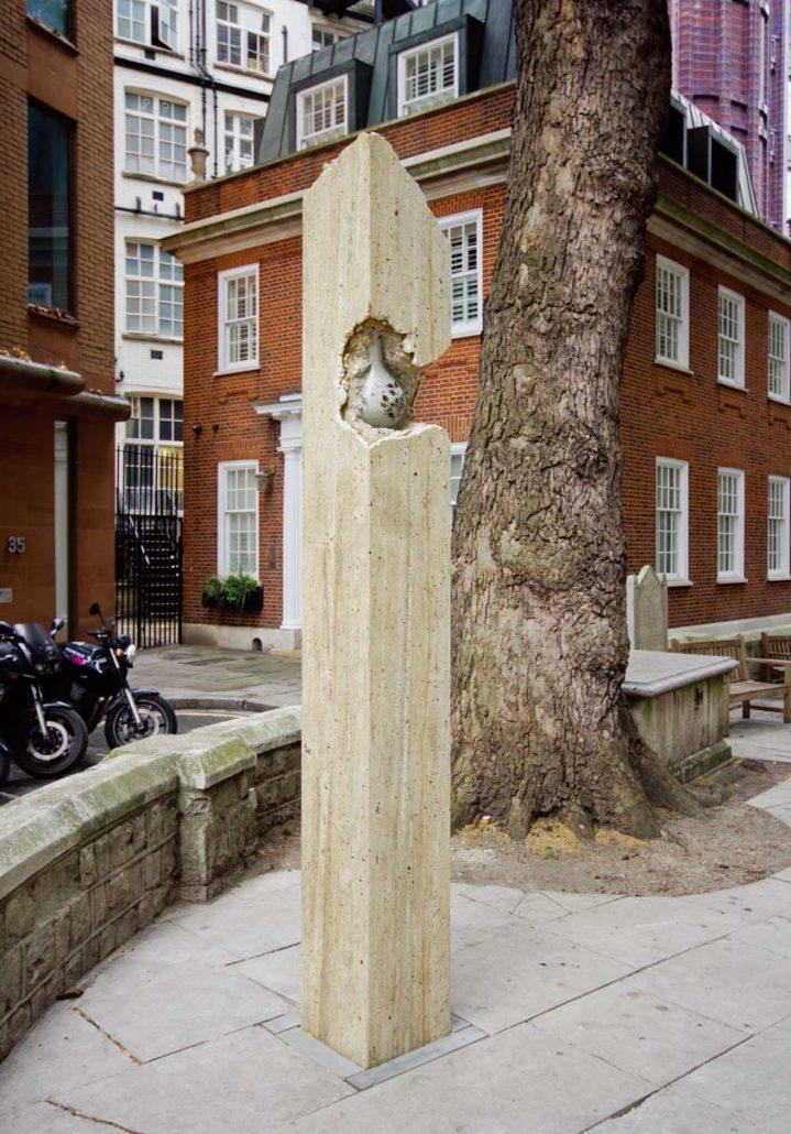 〈Sculpture in the City2〉2015년 런던시 지원으로 열린 공공미술프로젝트 출품작. 런던 St. Helen's Bishopsgate Churchyard에 설치된 전경
