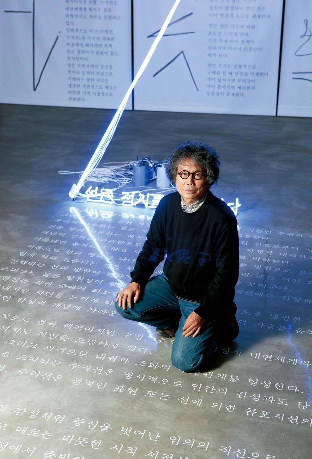 서울대미술관에서 열린 개인전(2009)에 출품한 〈 선은 정지를 파괴한다 〉(부분) 앞에 선 생전의 전수천