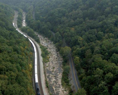 〈 움직이는 드로잉 〉(2005) 프로젝트. 미국 워싱턴에서 출발해 LA에 도착하는 횡단열차에 흰 천을 씌워 대륙을 캔버스로 삼고, 열차를 붓 삼아 펼친 대규모 프로젝트였다.