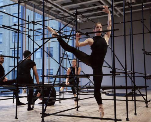 전직 발레댄서인 페르난데스 (1979~)의 작품은 5명의 발레댄서들이 우리 혹은 감옥처럼 지어진 구조물 안에서 음악에 맞춰 공연하는 장소 특정적이자 조각적 퍼포먼스다. Brendan Fernandes, < The Master and Form >, 2018. Photo by Paula Court