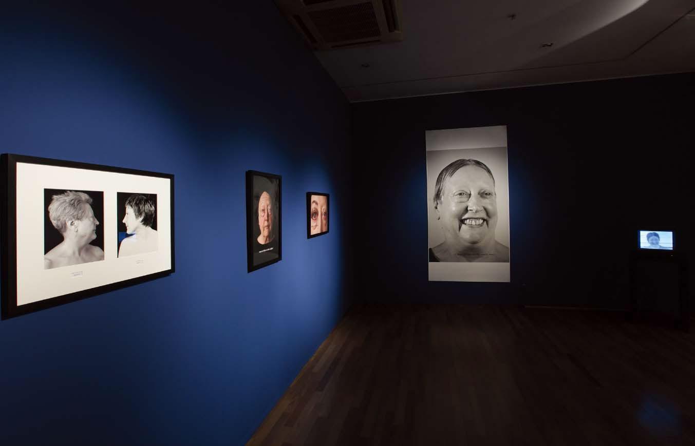코리아나미술관에서 진행 중인 《아무튼, 젊음》 전시광경, 마사 윌슨 〈 나는 내가 가장 무서워졌다 〉(사진 오른쪽) 캔버스에 사진 프린트, 220.9×111.7cm, 2009,〈 변형 〉 video transferred to DVD 7분59초 1974