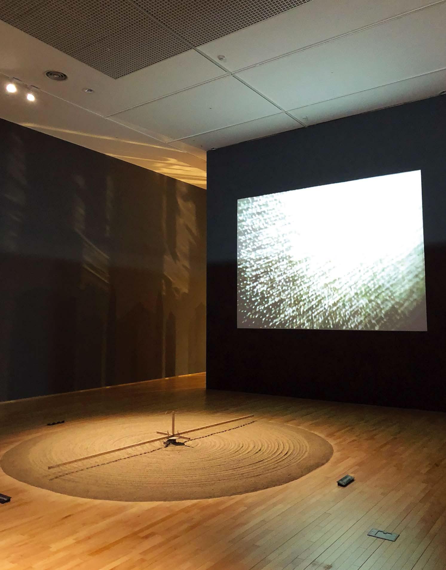 귄터 위커, 〈 모래갈이(Sandmühle) 〉, 코드, 나무, 모터, 모래, 50×60×400(지름)cm 1970/2009 ZERO foundation, Dusseldorf / Donation Günther Uecker