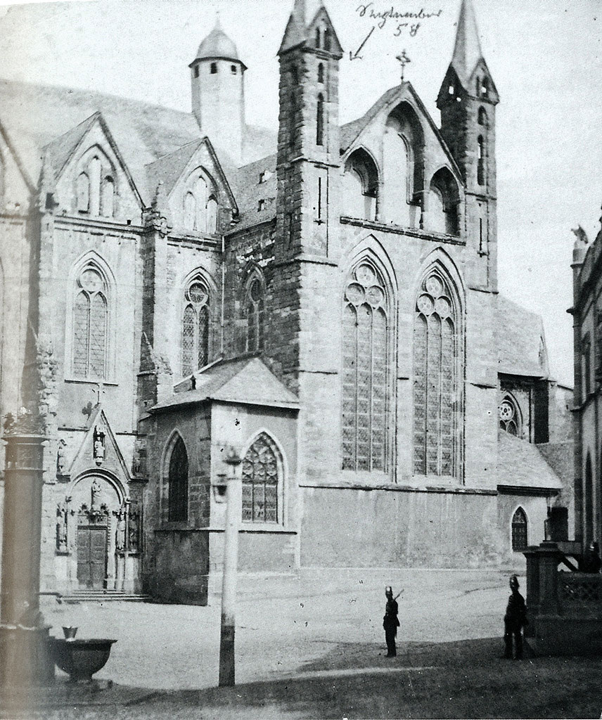 독일 베츨라어의 대성당(The cathedral of Wetzlar) 마이텐바우어는 이 성당의 측량을 위해 첨탑 위에 올라갔다 추락할 위기를 맞았다. 그 경험을 계기로 그는 사진측량술 개발에 더욱 매진하게 된다. 그가 추락할 뻔한 위치를 사진 상단에 화살표로 표기해두었다.